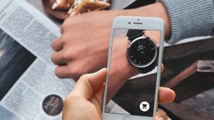 Experiência de Realidade Aumentada em e-commerce na qual um consumidor experimenta um relógio virtual no seu pulso.
