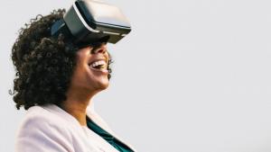Uma consumidora está a utilizar uns óculos de Realidade Aumentada.